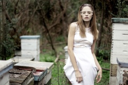 Vestido de gasa con recortes en muselina de seda bordado con lentejuelas (Marisol Alarcón). Lentes (Briatore).